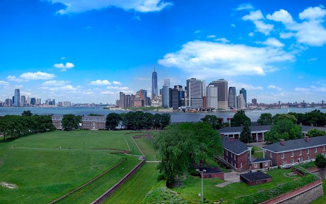 Fort_Jay_Governors_Island_and_Lower_Manhattan_skyline.jpg