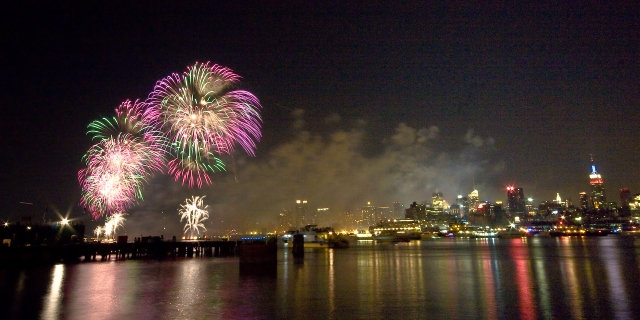 Macy's_Independence_Day_Fireworks_from_Hoboken_-_New_York_2