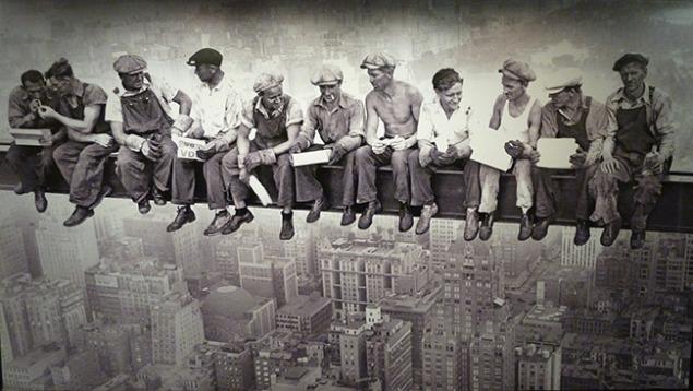 Hora-de-la-comida-sobre-el-rascacielos